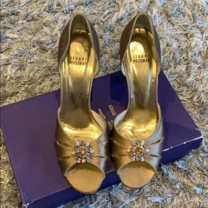High heeled camel satin shoes with ornamentation